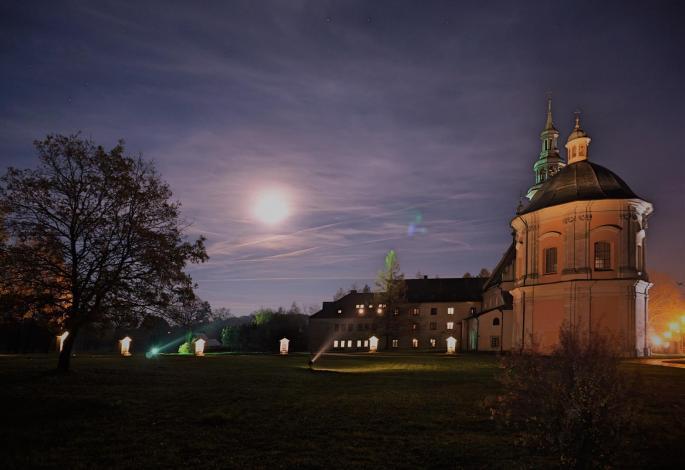 sanktuarium nocą