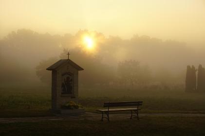 Kapliczka różańcowa Zmartwychwstanie o wschodzie