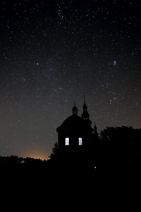 sanktuarium w nocy