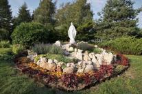 skalniak z figurą MB w ogrodzie klasztornym